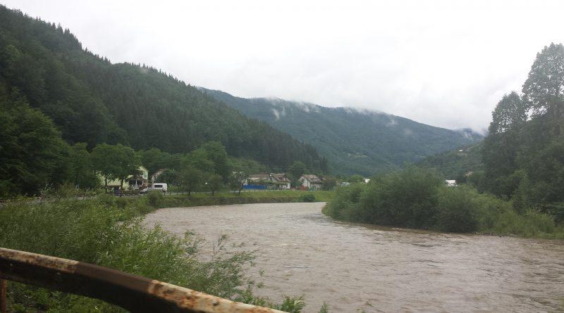 Karpaten mit Theiß bei Rachiv