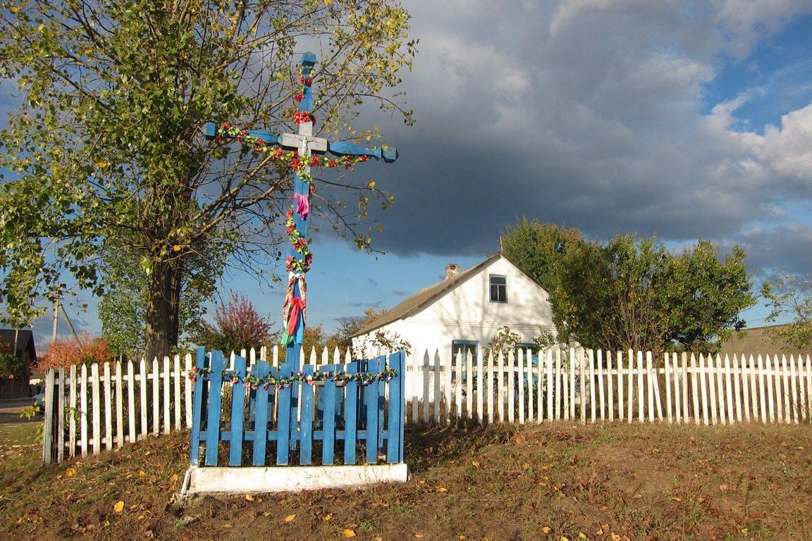 Holzkruzifix mit Ruschniki vor der Dorfeinfahrt, Stara Rafalivka bei Varaš, Foto: Svetlana Boltovskaja