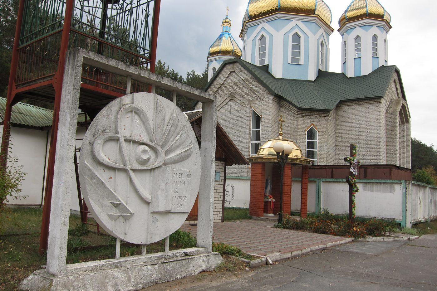 """Neben dem sowjetischen Denkmal für """"das friedliche Atom"""" in Varaš wird eine neue Kirche gebaut, Foto: Svetlana Boltovskaja"""