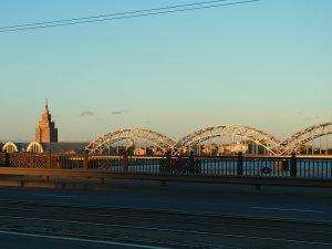 Blick auf die Markthallen und die Brücke in der Abendsonne