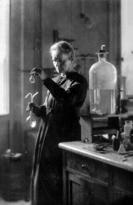Marie Curie ( 1867-1934 ) in ihrem Laboratorium, 1925