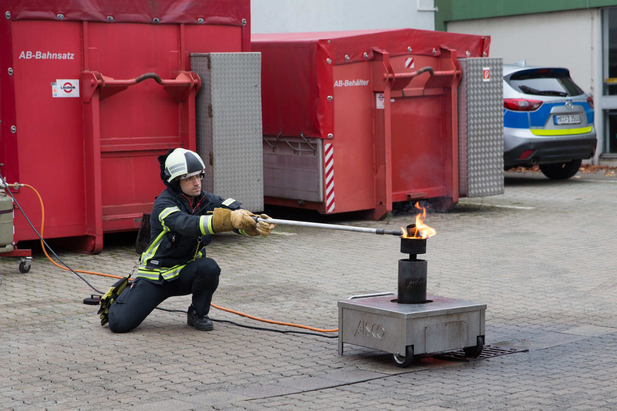 Wasser wird in brennendes Fett geschüttet