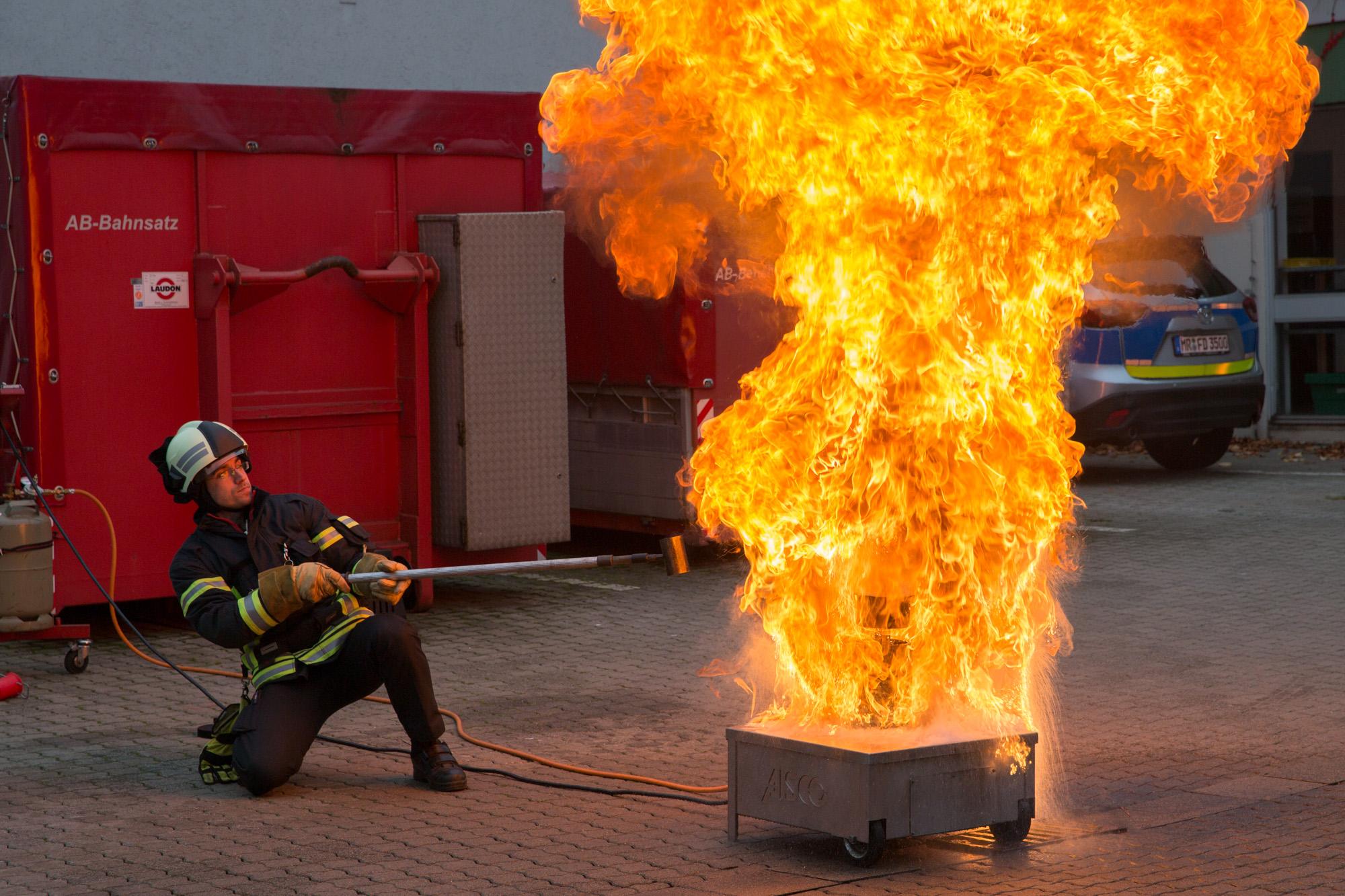 Das passiert, wenn Wasser auf brennendes Fett trifft!