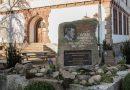 Gedenkstein für Wilm Hosenfeld vor der Schule in Thalau