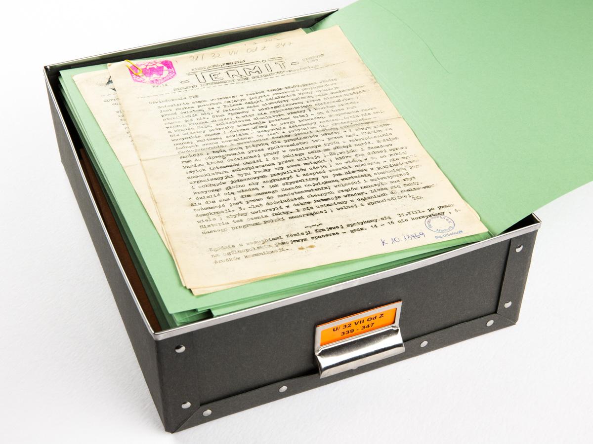 Kapsel zur Aufbewarung von Samizdat Zeitschriften der Sammlung Urbańczyk