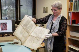 Dorothee M. Goeze präsentiert Bestände der Dokumentesammlung