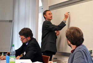 Die Konferenzteilnemer und-teilnehmerinnen arbeiten zu Archivbeständen in der Archivschule Marburg