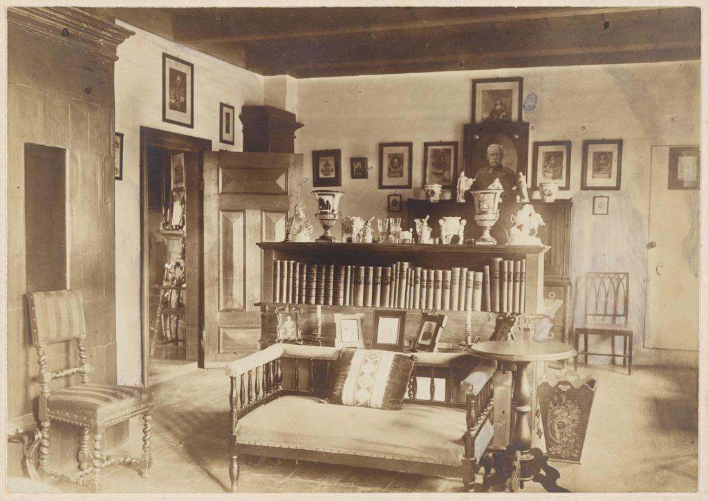 Das Arbeitszimmer von Georg von Gersdorff im Herrenhaus Daugeln/ Dauguli. Das Foto ist archiviert im Herder-Institut mit der Inventarnummer 149067.