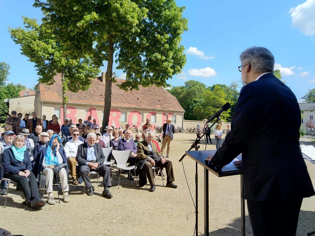 Dietmar Popp eröffnet die Ausstellung vor Schloss Caputh