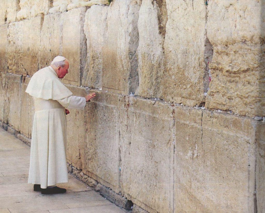 Johannes Paul II. bittet um Vergebung an der Klagemauer in Jerusalem 2000 (Spiegel Spezial 2005, Nr. 3, S.104)