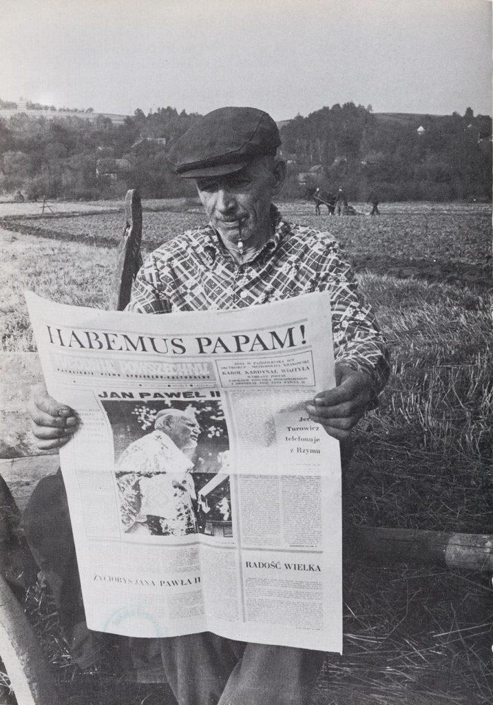 Ein polnischer Bauer liest Tygodnik Powszeczny zur Papstwahl (1978) (de Roeck, Der Mann, 1978, S.16)