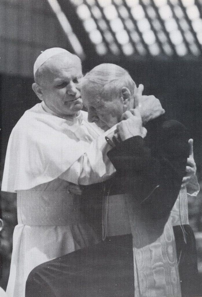 Johannes Paul II. fängt Primas Wyszyński beim Gehorsamsgelöbnis auf, 1978